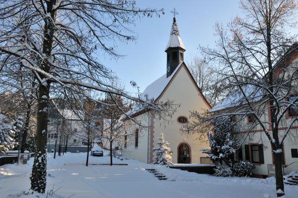 Die alte Kirche in Hornau im Winter