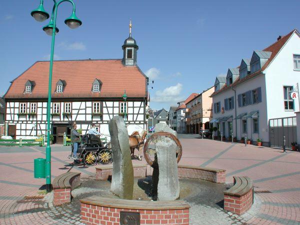 Altes Rathaus in Münster, mit Pferdekutsche auf dem Vorplatz