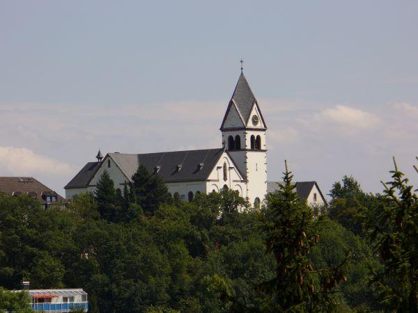 Kelkheimer Kloster mit Baumkronen