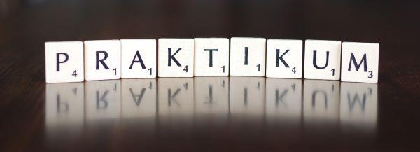 Scrabble Spielsteine formen das Wort Praktikum