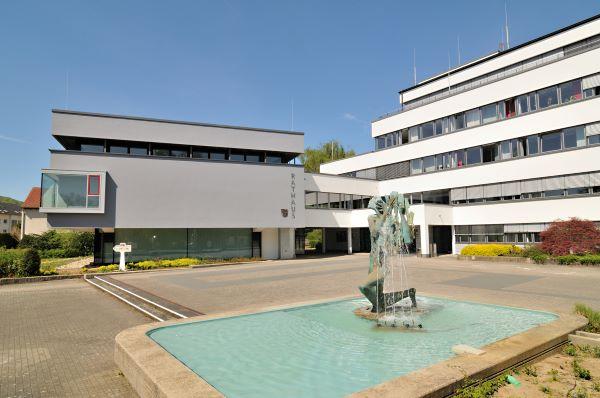 Verwaltungsgebäude mit Vorplatz und Brunnen